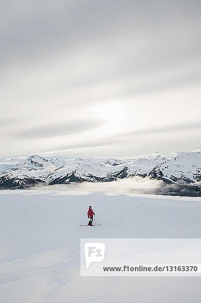 Seitenansicht des Skifahrers vor The Black Tusk  Whistler Blackcomb  Britisch-Kolumbien  Kanada