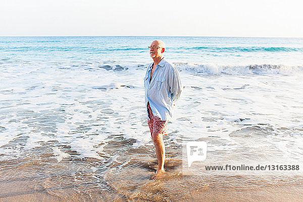 Älterer Mann am Wasser,  St. Maarten,  Niederlande