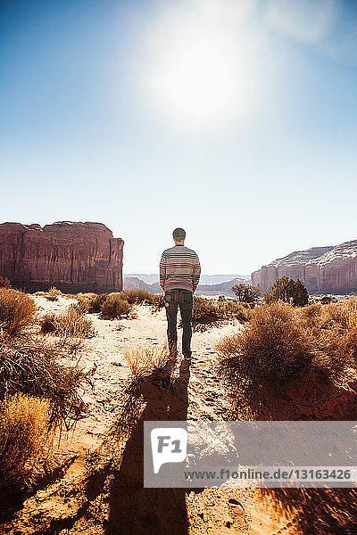 Mann macht Pause auf Autoreise  Monument Valley  Utah  USA