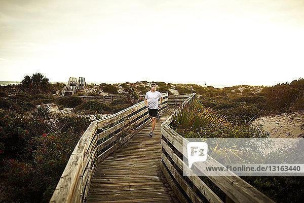 Mann rennt entlang der Promenade