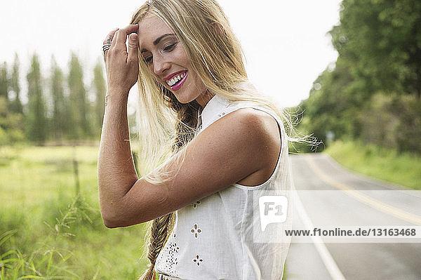 Junge Frau am Straßenrand stehend
