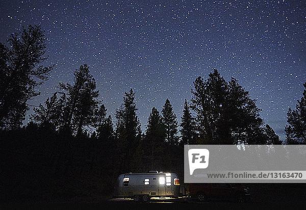 Wohnwagen und Silhouettenbäume bei Nacht  Diamond Lake  Oregon  USA