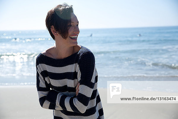 Reife Frau mit gestreiftem Oberteil  Newport Beach  Kalifornien  USA