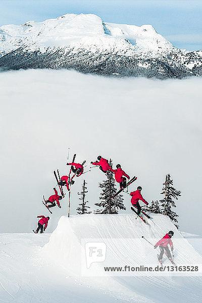 Mehrfaches Bild eines Mannes beim Freestyle-Skifahren  Whistler Terrain Park  Garibaldi Provincial Park im Hintergrund  British Columbia  Kanada