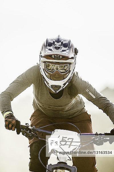 Junge Frau beim Mountainbike-Rennen  Fontana  Kalifornien  USA
