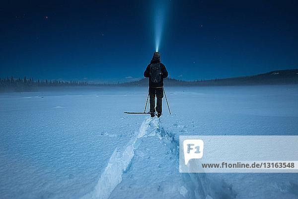 Mann Skilanglauf im Mondschein  Carmi-Langlaufloipe  Penticton  Britisch-Kolumbien  Kanada