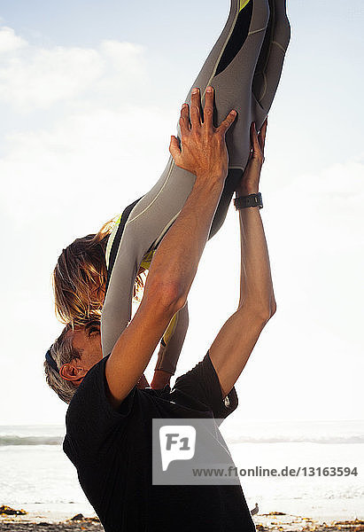 Vater und Tochter amüsieren sich am Strand  Encinitas  Kalifornien  USA