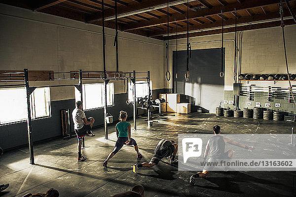 Gemeinsames Aufwärmen im Fitness-Studio