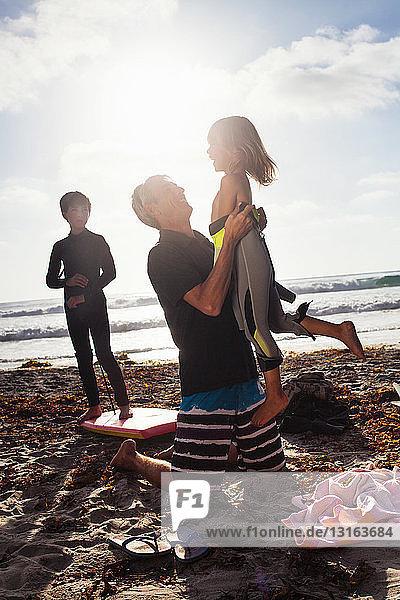 Vater und Kinder am Strand  Encinitas  Kalifornien  USA