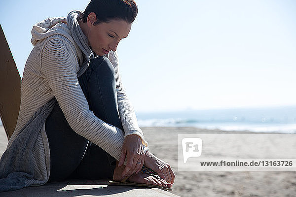 Reife Frau sitzt in Newport Beach  Kalifornien  USA