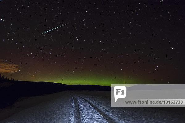 Reifenspuren in Schnee und Polarlicht  Okanagan-Hochland  Penticton  Britisch-Kolumbien  Kanada