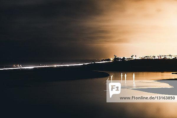 Silhouettenansicht des nächtlichen Mündungs- und Brückenverkehrs  Carlsbad  Kalifornien  USA