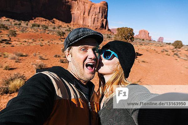Ehepaar fotografiert sich selbst im Monument Valley  Utah  USA