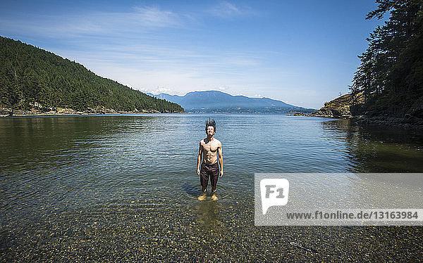 Mann im Ozean  der nasse Haare zurückwirft  Bowen Island  Britisch-Kolumbien  Kanada