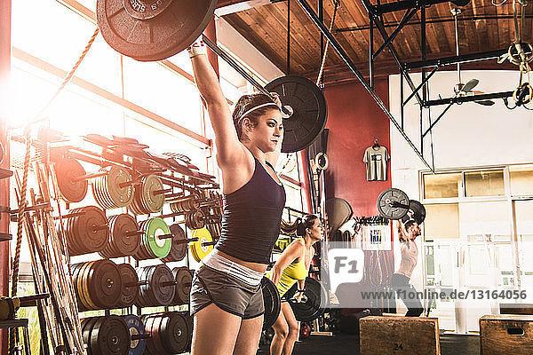 Bodybuilder heben Langhantel im Fitnessstudio
