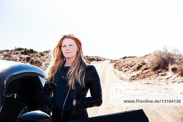 Frau neben dem Auto stehend  Kayenta  Arizona  USA
