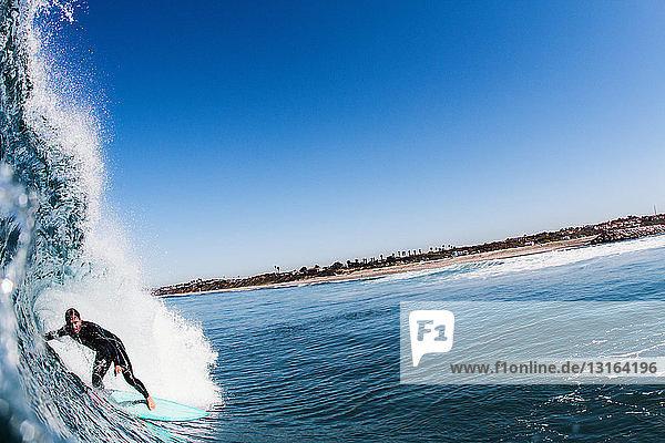 Nahaufnahme der Meereswelle und des Surfens eines Mannes im mittleren Erwachsenenalter  Carlsbad  Kalifornien  USA