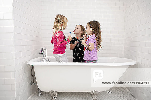 1 bis 4 Jahre,3 bis 4 Jahre,Aktion,Ansicht,Ausdruck,Badewanne