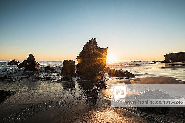 Sonnenuntergang am Strand von El Matador  Malibu  Kalifornien  USA