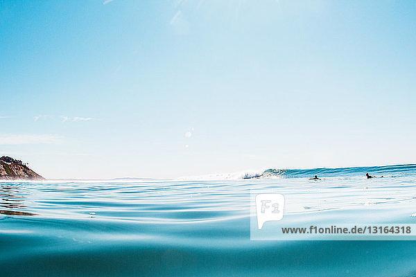 Fernblick zweier männlicher Surfer im Meer  Encinitas  Kalifornien  USA