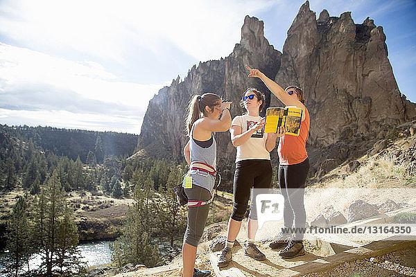 Wanderer schauen auf die Aussicht  Smith Rock State Park  Oregon  USA