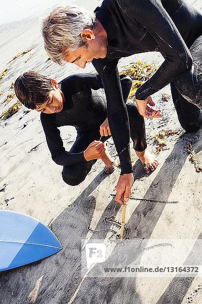 Vater und Sohn surfen am Strand  Encinitas  Kalifornien  USA