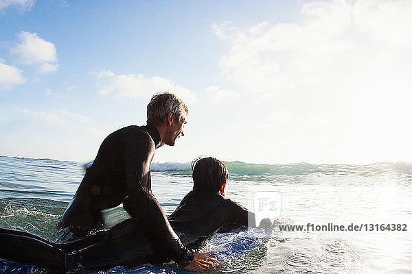 Vater und Sohn mit Surfbrett auf See  Encinitas  Kalifornien  USA
