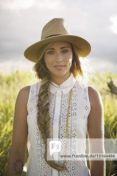 Porträt einer jungen Frau auf dem Land