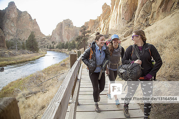 Wanderer  die auf Schienen gehen  Smith Rock State Park  Oregon  USA