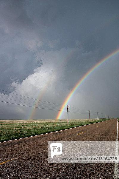 Dramatischer doppelter Regenbogen an der hinteren Flanke eines Gewitters  Lamar  Colorado  USA
