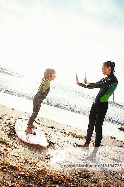 Mutter und Tochter üben auf dem Surfbrett  Encinitas  Kalifornien  USA
