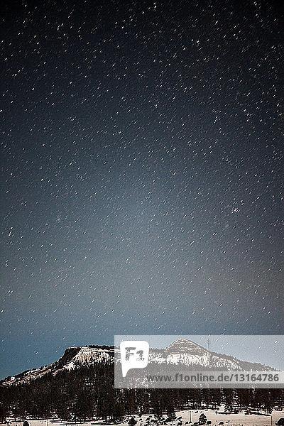 Blick auf schneebedeckte Berge und sternenklaren Nachthimmel  Pagosa Springs  Colorado  USA