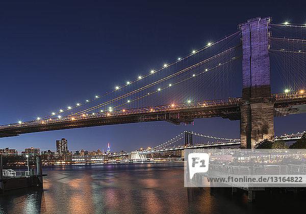 Brooklyn- und Manhattan-Brücken im Abendlicht  Manhattan  New York  USA