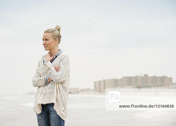 Mittlere erwachsene Frau mit Blick aufs Meer  Rockaway Beach  New York  USA