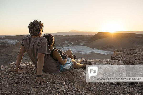 Paar auf einer Klippe  Valle de la Luna (Tal des Mondes)  Atacama-Wüste  El Norte Grande  Chile