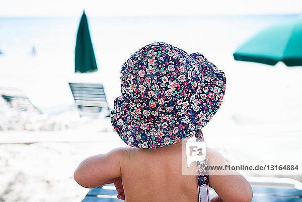Kleines Mädchen mit Sonnenhut  St. Maarten  Niederlande