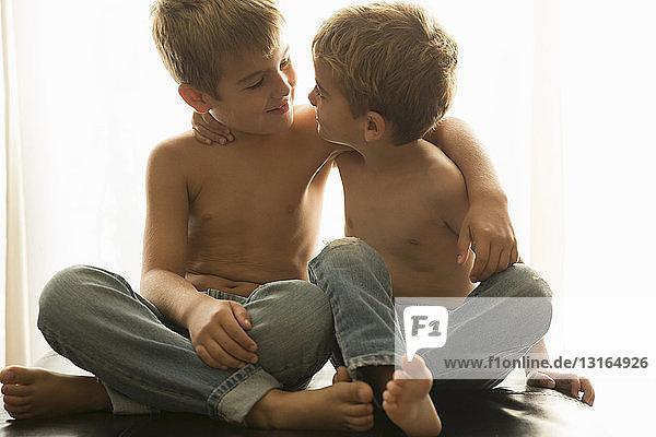 Brüderbindung zu Hause