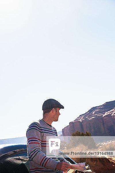 Mann auf Autoreise verloren  Monument Valley  Utah  USA