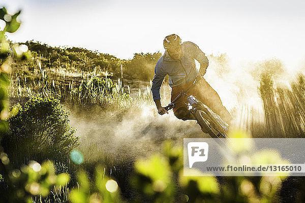 Junger Mann beim Mountainbiking  Monterey  Kalifornien  USA