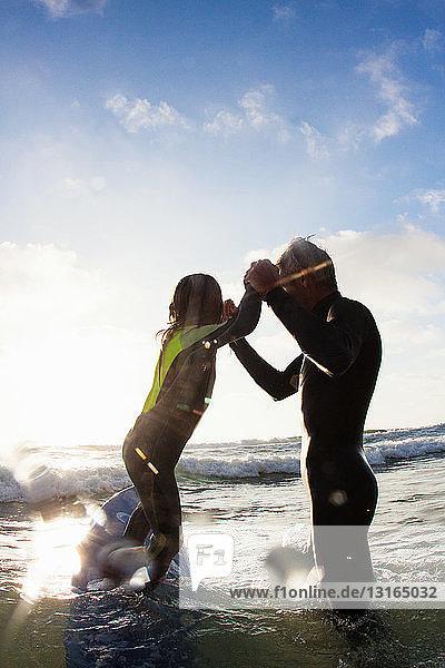 Vater und Tochter spielen im Meer  Encinitas  Kalifornien  USA
