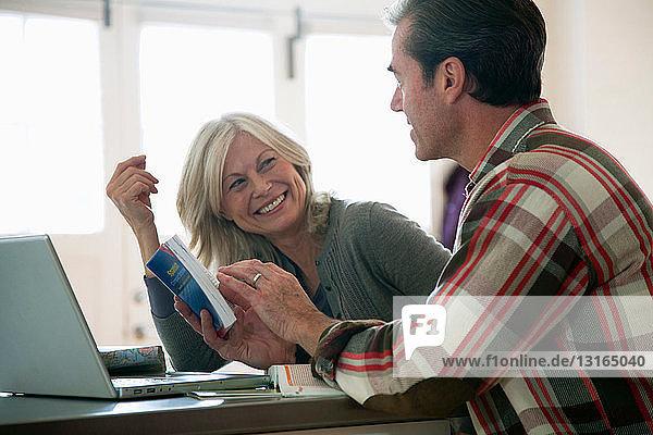 Älteres Paar liest Phrasenbuch
