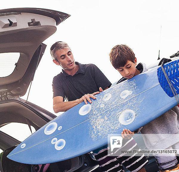 Vater und Sohn überprüfen Surfbrett  Encinitas  Kalifornien  USA