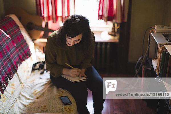 Junge Frau beim Schreiben