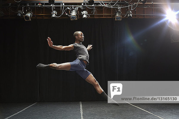 Tänzerin in mittlerer Pose