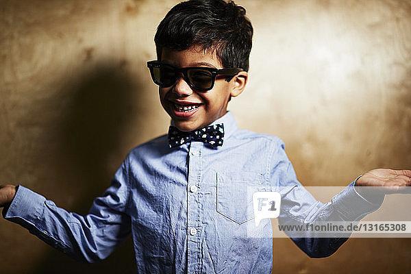 Junge mit Sonnenbrille und Fliege