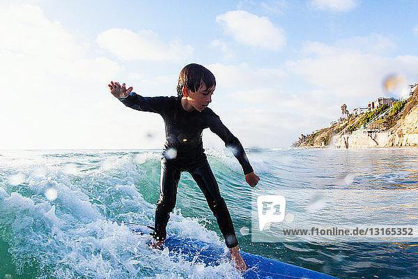 Junge Junge surft auf der Welle  Encinitas  Kalifornien  USA