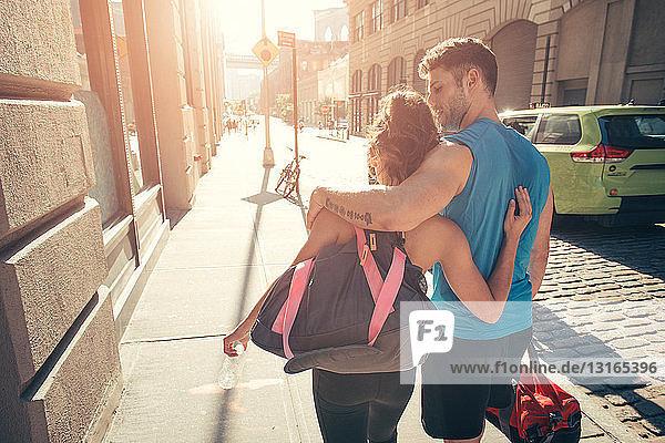 Junges Paar kehrt von der Ausbildung zurück