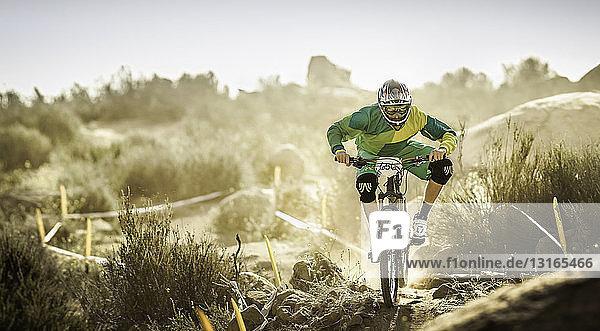 Männlicher Mountainbiker auf staubiger Piste  Fontana  Kalifornien  USA