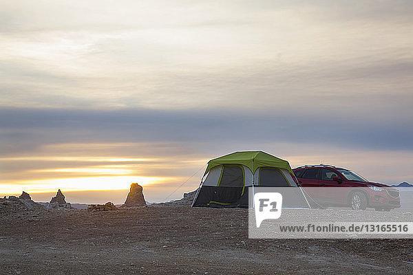 Zelt und Geländewagen vor Trona Pinnacles bei Sonnenuntergang  Trona  Kalifornien  USA