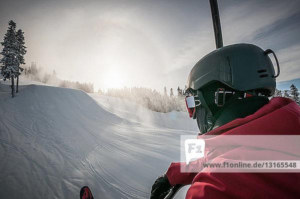 Über-Schulter-Ansicht eines Skifahrers in verschneiter Landschaft  Whistler Blackcomb  Britisch-Kolumbien  Kanada